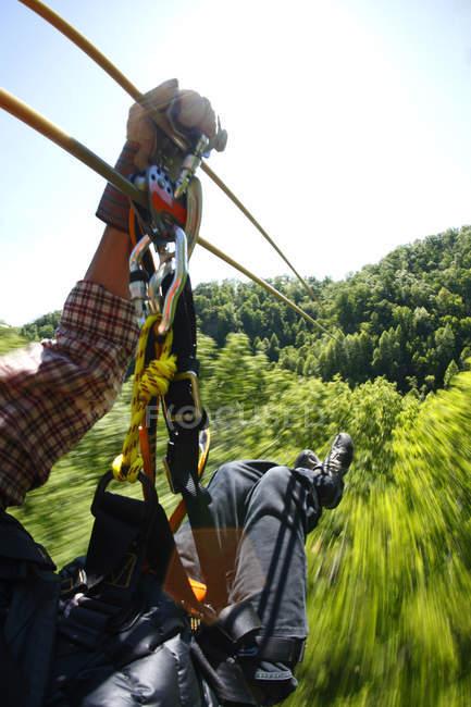 Куповані зору людини перетин zipline в Navitat полог tour поблизу Asheville, Північна Кароліна — стокове фото