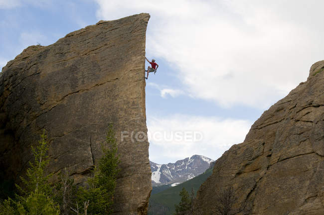 Man climbing rock Edge of Time in Rocky Mountain National Park, Estes Park, Colorado — Stock Photo