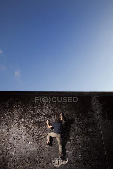 Альпініст, зосередивши увагу на наступному рухатися з важким міських Боулдер поруч із Euroborg стадіон «Гронінген», Нідерланди — стокове фото