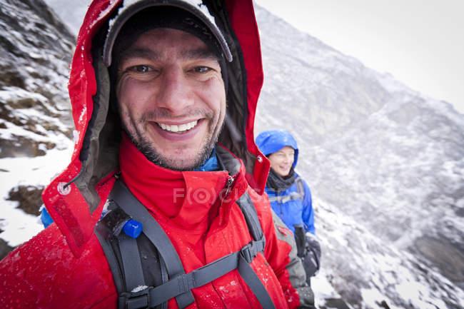 Couple enjoying hiking in snow at Khumbu valley, Sagarmatha National Park, Nepal — Stock Photo