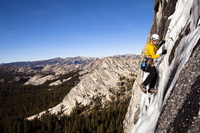 Man climbing at Yosemite National Park, California — Stock Photo