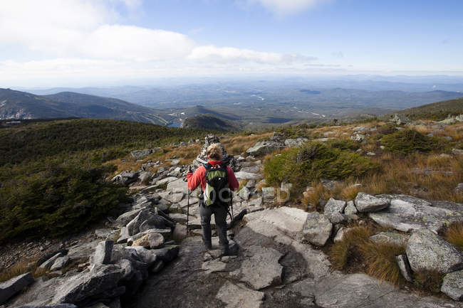 Athletic woman hiking Franconia Ridge Trail in Franconia State Park in New Hampshire — Stock Photo