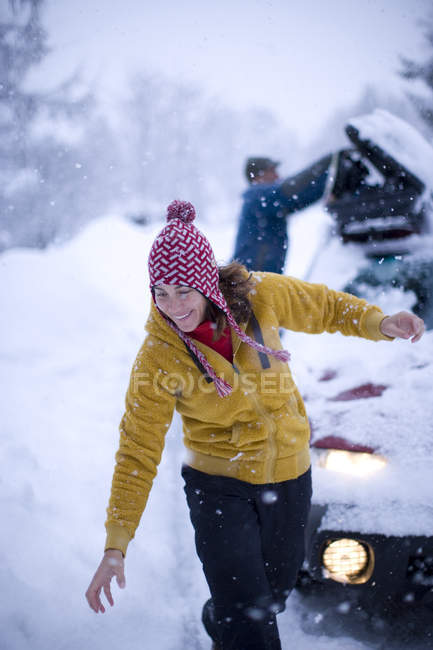 Woman smiling and helping husband loading ski gear into car at Schweitzer Mountain resort, Sandpoint, Idaho — Stock Photo