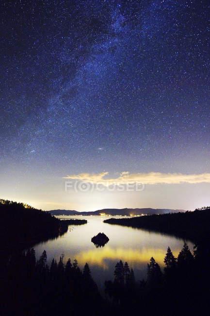 Stars in sky above lake — Stock Photo