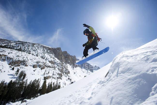 Человек, Сноубординг в Калифорнии бэккантри — стоковое фото