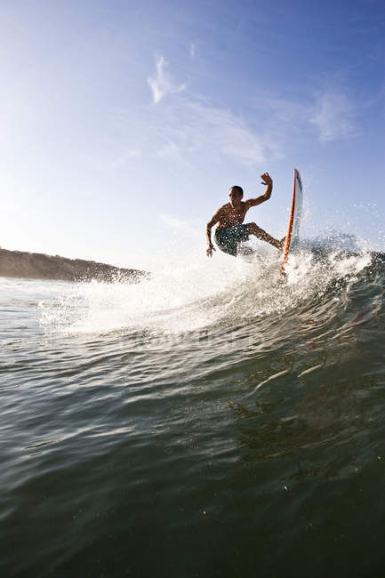 Man surfing in southern California, San Diego — Stock Photo