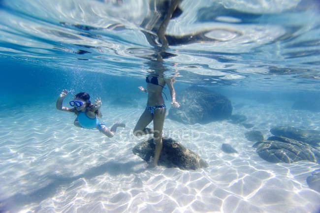 Unterwasser-Blick von Mutter und Tochter schwimmen in Waimea Bay auf Hawaii — Stockfoto