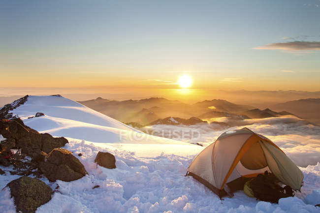Tent on hill during sunset — Stock Photo