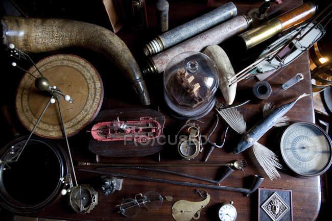 Вид сверху любопытно старинных объектов на столе — стоковое фото