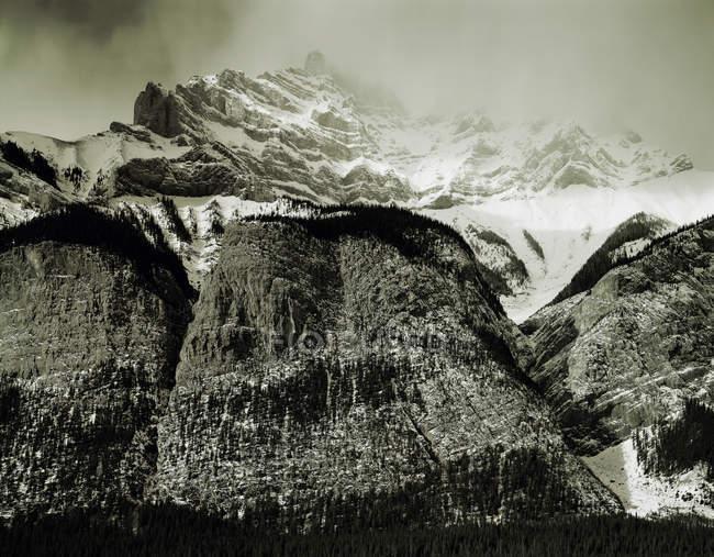 Nuvole sopra le montagne rocciose, seppia — Foto stock