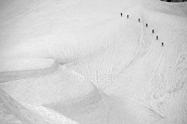 Vista in lontananza di esploratori sul ghiacciaio trek alla luce del sole — Foto stock