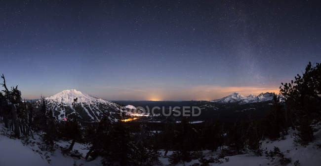 Mountain landscape with milky way stars shining in sky — Stock Photo