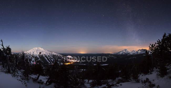 Гірський краєвид з зірками Чумацький шлях світить в небо — стокове фото