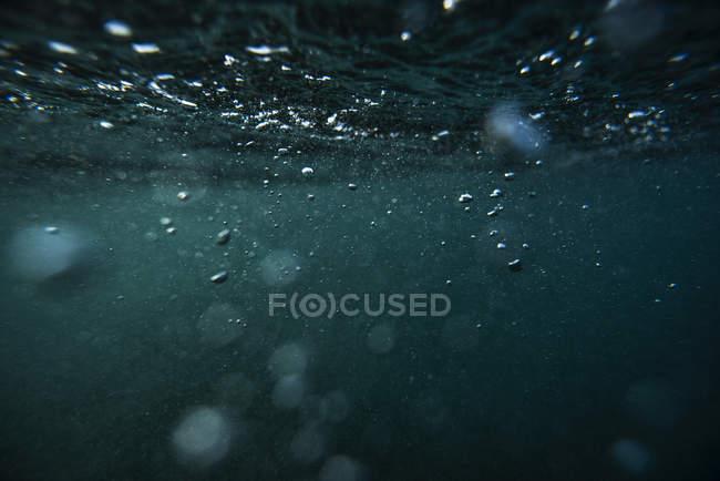 Bolhas de ar sob a água do mar — Fotografia de Stock