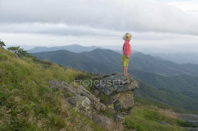 Young girl standing on rock watching sunset from Grassy Ridge, Roan Highlands, Bakersville, North Carolina — Stock Photo