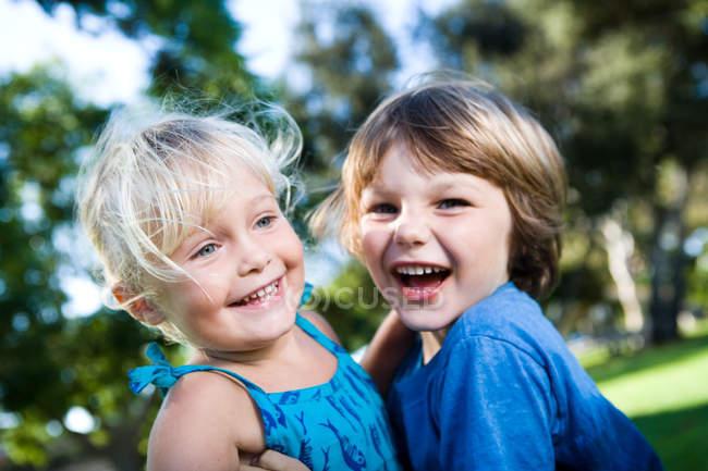 Due bambini che giocano nel parco, fuoco selettivo — Foto stock