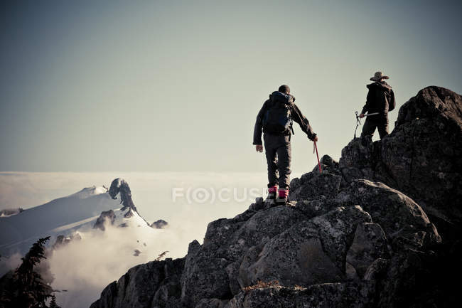 Two mountaineers on route to Grainger Peak with Nursery Peak — Stock Photo