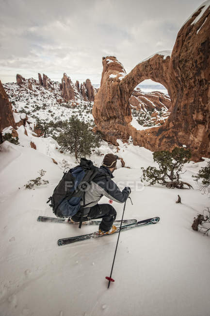 Man skiing at winter in Arches National Park, Utah — Stock Photo