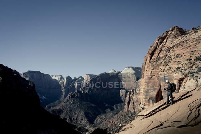 Молодая женщина Пешие прогулки скалы с видом на Национальный парк Зайон, штат Юта — стоковое фото