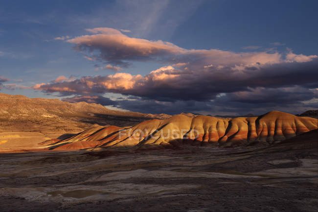Clouds in sky above sun lighted Painted Hills — Stock Photo