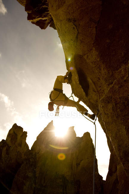 Rock climber making way through difficult section at Smith Rock, Oregon — Stock Photo