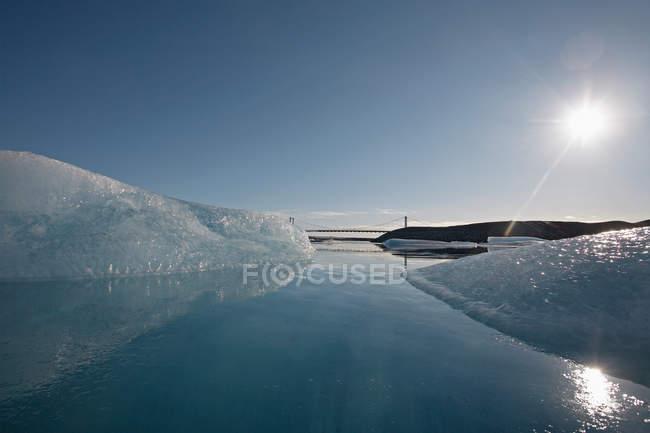 Плаваючих айсбергів, льодовик laggon при яскравому сонячному світлі — стокове фото