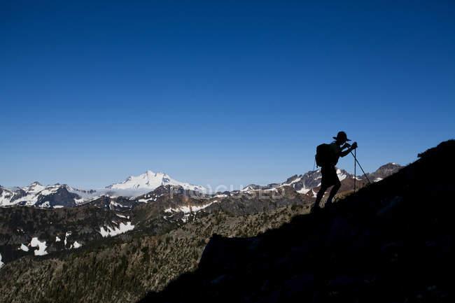 Männliche Wanderer unterwegs Silhouette gegen schneebedeckten Vulkan an sonnigen Tag im North Cascades, Wa — Stockfoto