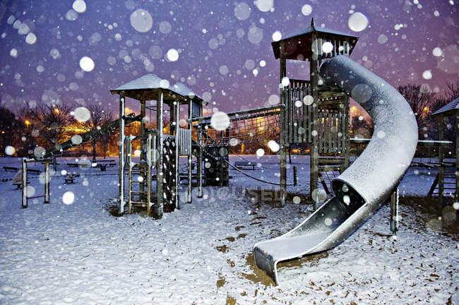 Заснеженный площадка с снежинки во время синий часа — стоковое фото