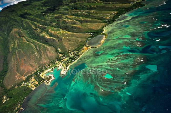 Vista aérea do litoral com água azul na ilha do Havaí — Fotografia de Stock