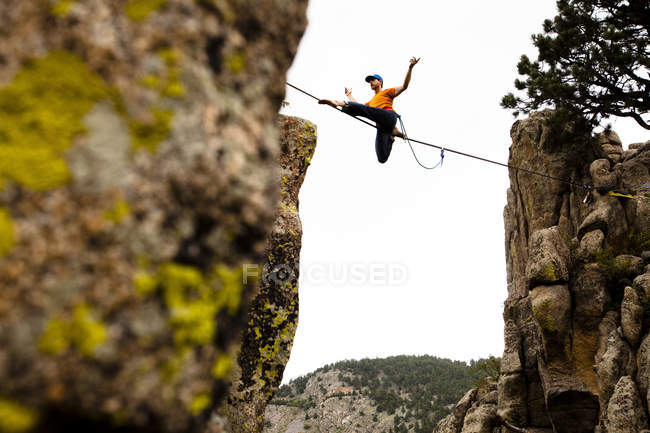 Man walking Elephant Buttresses highline in Boulder Canyon, Colorado — Stock Photo