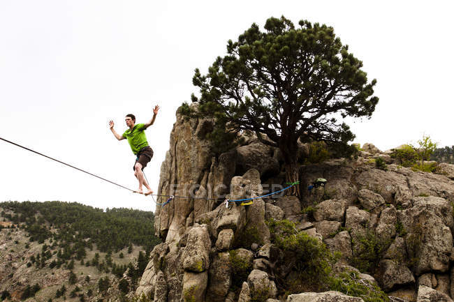 Male highliner walking Elephant Buttresses highline in Boulder Canyon, Colorado — Stock Photo