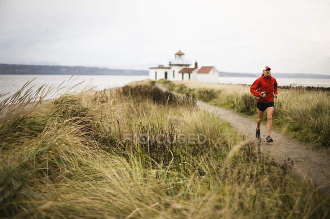 Мужчину стежці вздовж Puget Sound на відкриття парку, Сіетл — стокове фото