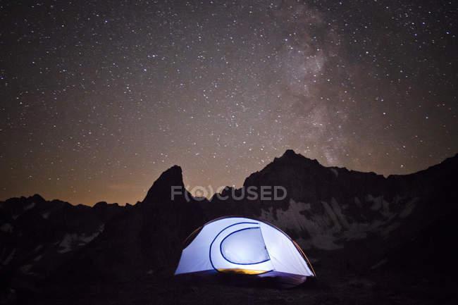 Намет освітлена під зоряного неба і галактики Чумацький шлях — стокове фото