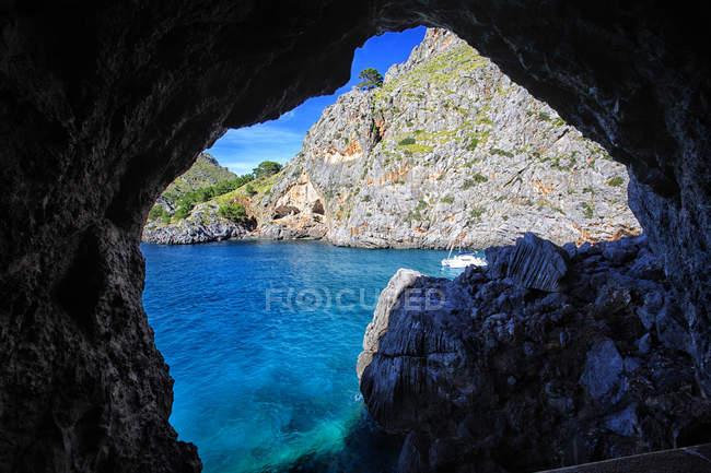 Вид на скалы и море через скальное образование — стоковое фото