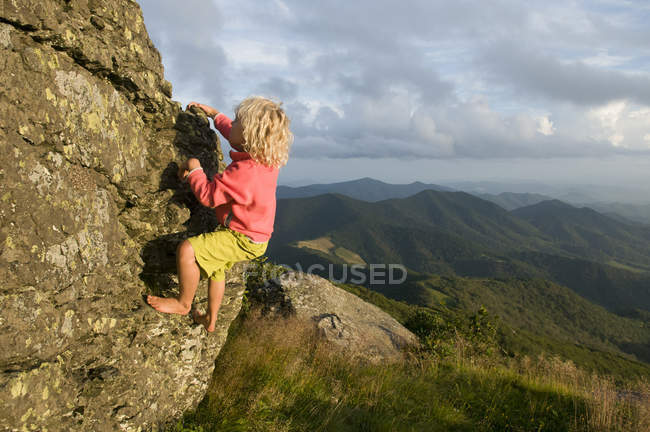 Young girl rock climbing in bare feet on Grassy Ridge, Roan Highlands, Bakersville, North Carolina — Stock Photo
