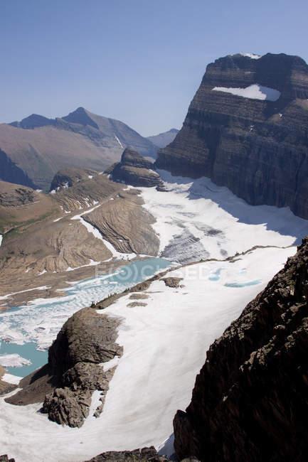Льодовиковий лід плаває у верхньому Grinnel озеро з каменів і ясне блакитне небо — стокове фото