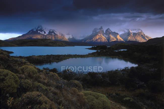 Nubi di tempesta sopra le montagne innevate e laghi — Foto stock