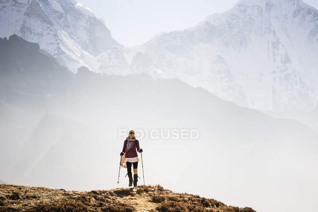 Woman hiking on trail in Sagarmatha National Park, Khumbu, Nepal. — Stock Photo