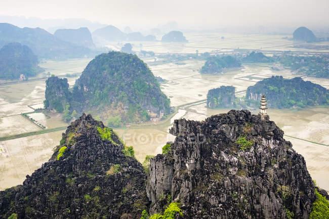 Paesaggio scenico di formazioni rocciose con antico edificio — Foto stock