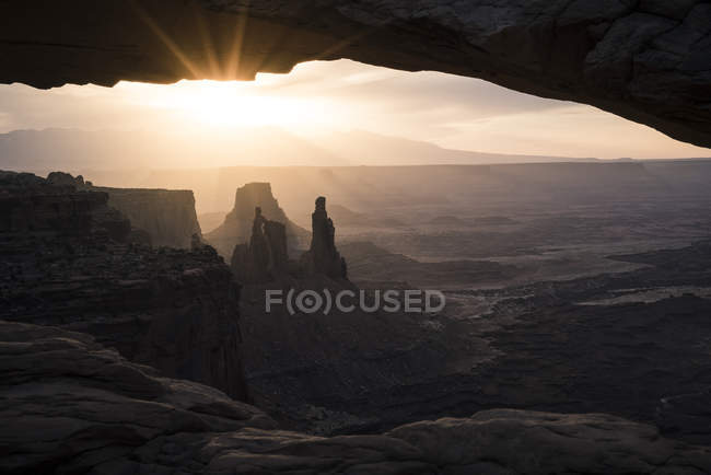 Lever du soleil sur la tour de la rondelle femme dans le Parc National de Canyonlands — Photo de stock