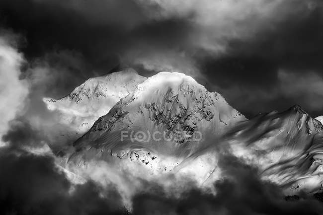 Crête de montagnes Chugach couronnées de neige, noir et blanc — Photo de stock