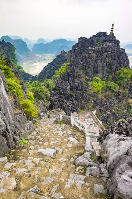 Scala in pietra attraverso il paesaggio della montagna di morfologia carsica — Foto stock