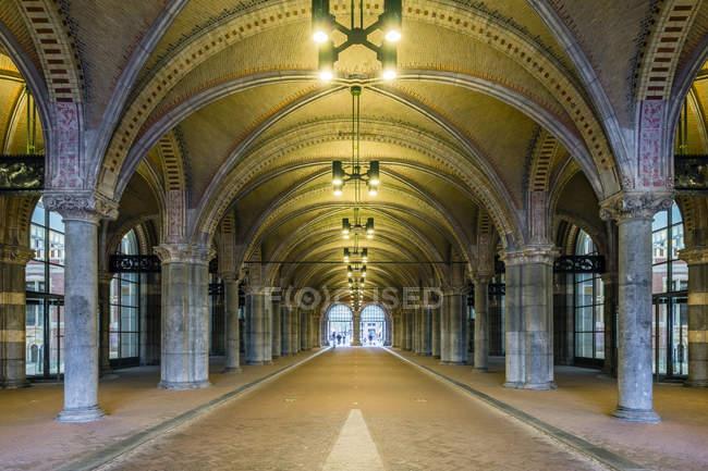 Pavimento coberto com colunas e arcos clássicos — Fotografia de Stock