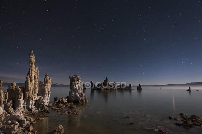 Sternenhimmel über Salzformationen am South Tufa, Mono Lake, Kalifornien — Stockfoto