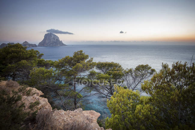 Seascape with rocks, trees and rock formation — Stock Photo