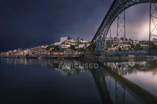 Tir longue exposition de la côte de la ville avec le pont — Photo de stock