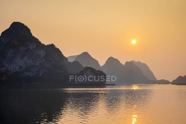 Tramonto sopra le montagne carsiche nella baia di Halong, Quang Ninh Province, Vietnam — Foto stock