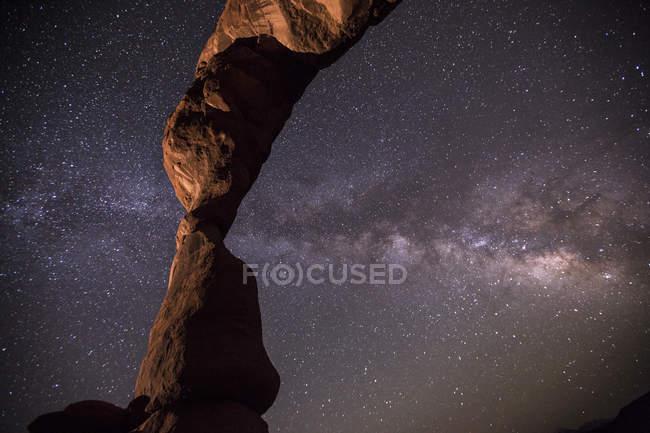 Чумацький шлях зірочок сяє над аркові скельне освіта — стокове фото
