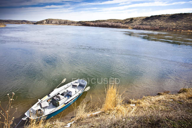 Boat moored on shore of Missouri River, wide angle shot — Stock Photo