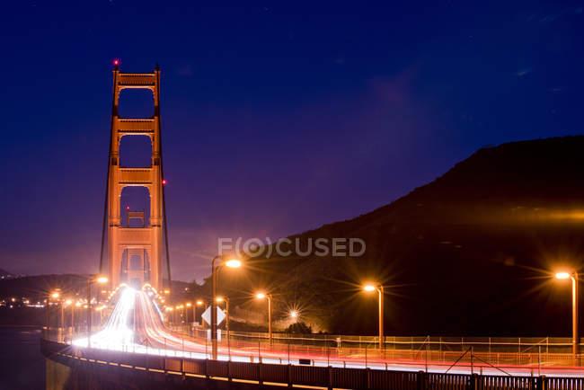Довгою витримкою постріл рухомих автомобілів на Золоті ворота — стокове фото